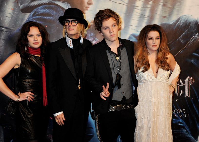 Po ponad dwóch miesiącach od samobójczej śmierci początkującego wokalisty Benjamina Keough ujawniono, że wnuk Elvisa Presleya został pochowany u boku swojego słynnego dziadka na terenie posiadłości Graceland.