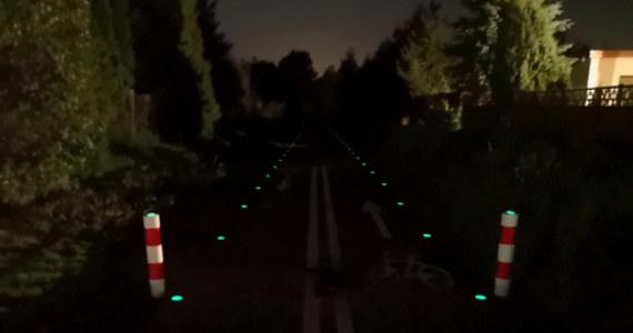 Bezpieczniej ma być na zachodniopomorskich trasach rowerowych. Pojawi się na nich świecące po zmroku oznakowanie. Na razie na próbę, ale jeśli ta nowinka zda egzamin, będzie stosowana powszechnie.