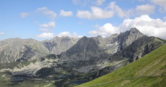 Ratownicy TOPR znieśli w noszach francuskich z Wołowca w Tatrach Zachodnich (2063 m n.p.m) poszkodowaną turystkę. Silny podmuch wiatru zrzucił ją z grani w rejonie Wołowca w Tatrach Zachodnich. Kobieta ma uraz nogi.