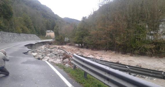 Dwie osoby zginęły, a 22 są zaginione w wyniku powodzi na północy Włoch - podały w sobotę lokalne władze. Najtrudniejsza sytuacja po rekordowych ulewach jest w Piemoncie. Fala niepogody zaatakowała też Ligurię i Dolinę Aosty. Straty są wielomilionowe.
