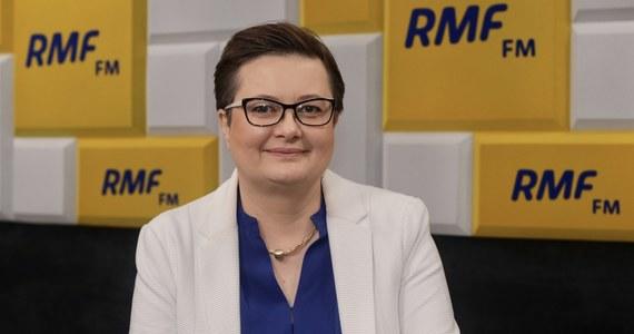 """Ile obecnie wynoszą długi Nowoczesnej i jak idzie ich spłacanie? """"Ne mam zielonego pojęcia"""" - przyznała w Porannej rozmowie w RMF FM była liderka tej partii - Katarzyna Lubnauer. """"To jest właśnie ta dobra sytuacja, że nie jestem obecnie ani przewodniczącą, ani skarbnikiem"""" - dodała. """"Współpracuję z Adamem Szłapką, natomiast tak już jest, że sprawami finansowymi zajmują się określone osoby w partii"""" - tłumaczyła."""