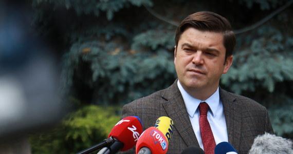 """Minister Zdrowia Adam Niedzielski zwołał kolejny sztab kryzysowy. Informacje o wypracowanych rozwiązaniach w zakresie zwiększenia bazy łóżkowej i koordynacji opieki nad pacjentem w poszczególnych województwach będę podane we wtorek - powiedział rzecznik prasowy Ministerstwa Zdrowia Wojciech Andrusiewicz. Zaznaczył, że """"mogą występować takie dobowe sytuacje, że łóżek w danych szpitalach zabraknie""""."""