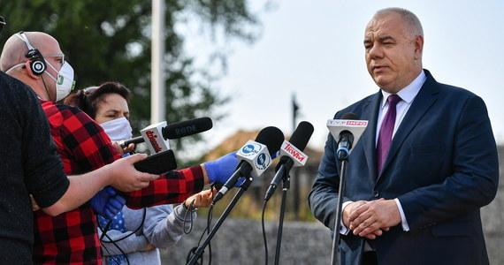 Wicepremier Jacek Sasin po raz czwarty trafił na kwarantannę. Sasin jest jednym z członków rządu, które miały ostatnio kontakt z przyszłym ministrem edukacji. Rano okazało się, że Przemysław Czarnek jest zakażony koronawirusem.