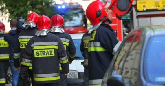 W pożarze prowizorycznego hostelu robotniczego w powiecie otwockim zginęła jedna osoba - poinformował kapitan Maciej Łodygowski, rzecznik prasowy Państwowej Straży Pożarnej w Otwocku. Według nieoficjalnych informacji, ofiarą jest młoda kobieta. W budynku mieszkało kilkudziesięciu pracowników.