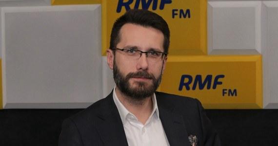 """""""Wraz z marszałkiem Zgorzelskim byłem gościem niedzielnego programu. Wczoraj rano okazało się, że marszałek ma koronawirusa, więc odcinam się na najbliższe dni, żeby potencjalnie nie zarażać"""" - mówi w Porannej rozmowie w RMF FM wicerzecznik PiS Radosław Fogiel. Czy dostał oficjalne pismo, że ma się udać na kwarantannę? """"Oficjalnego pisma z sanepidu nie dostałem. (...) Ale ogólne zasady są takie, że każdy, kto zetkął sie z kimś, kto jest chory, powinien udać się na kwarantannę"""" - odpowiada polityk dodając, że dotąd nie zaobserwował u siebie objawów choroby."""