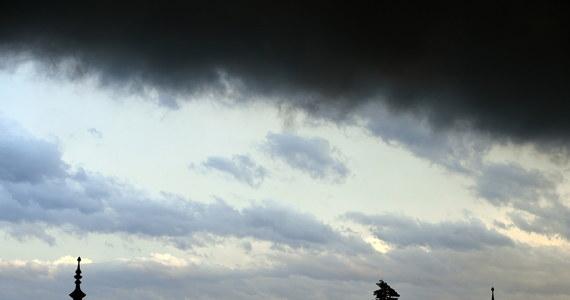 220 razy interweniowali strażacy na Mazowszu w związku z burzami. Nawałnice przeszły także nad woj. świętokrzyskim. Tam do wieczora strażacy interweniowali ponad 50 razy. Skutkiem burz są awarie energetyczne. Bez prądu jest odpowiednio 35 834 oraz 1 780 odbiorców - podał wiceszef Rządowego Centrum Bezpieczeństwa Grzegorz Świszcz
