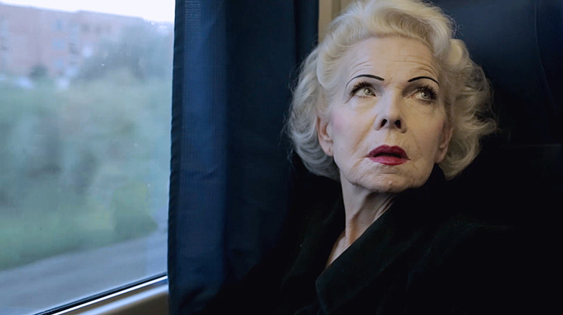 """""""Lekcja miłości"""" to polski film dokumentalny, który od 4 października można oglądać na HBO i HBO GO. Opowiada historię Joli - kobiety, która po 45 latach małżeństwa znajduje w sobie siłę, żeby odejść od męża, zacząć życie od nowa i cieszyć się każdą jego chwilą."""