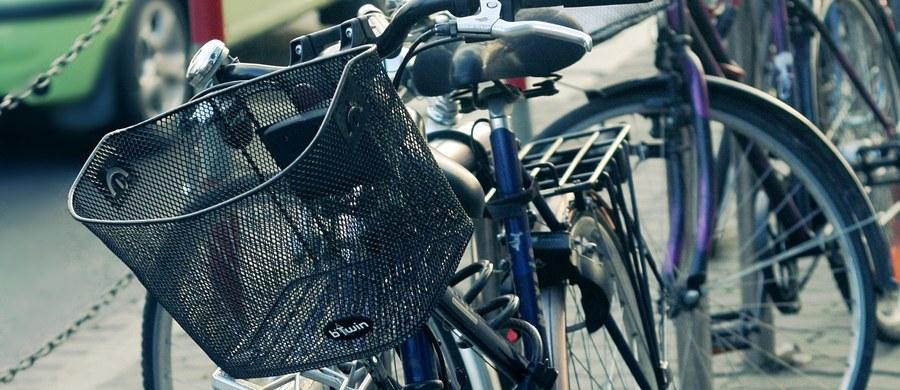 Policja szuka kierowcy, który w nocy potrącił rowerzystę na warszawskich Bielanach. Poszkodowany zginął na miejscu.