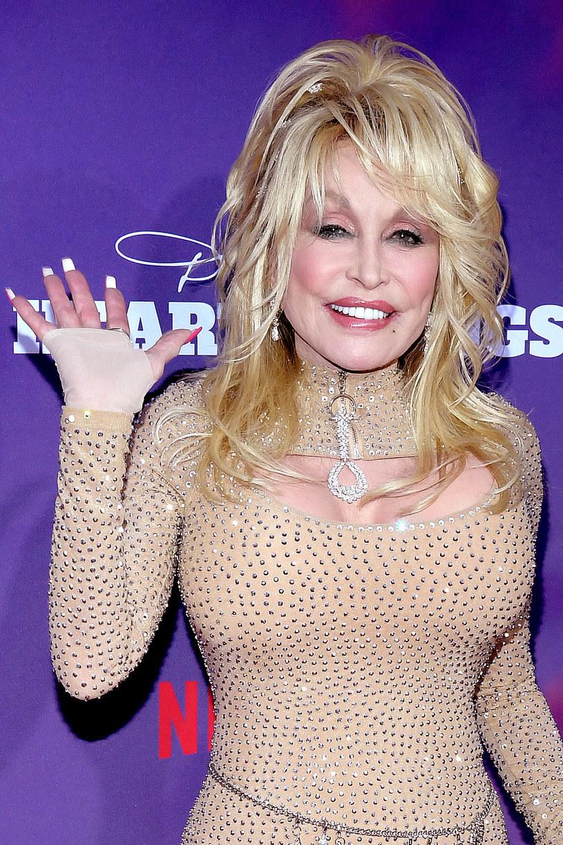 """Aktorka i gwiazdy country Dolly Parton prowadzi rozmowy z """"Playboyem"""", by swoje 75. urodziny, które wypadają w styczniu 2021, uczcić sesją zdjęciową w tym magazynie. Już raz rozebrała się na jego łamach - w 1978 r."""