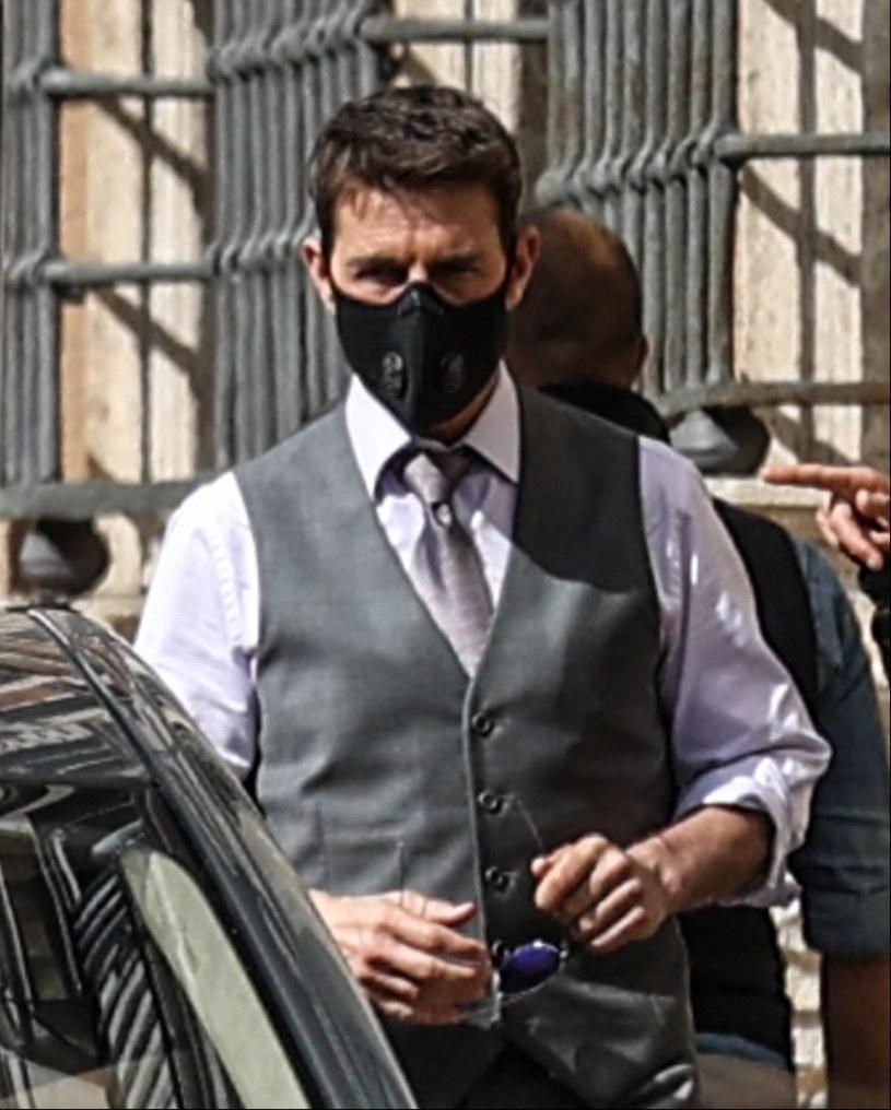 """Tom Cruise stanął we wtorek, 6 października, w długiej kolejce do szpitala w Rzymie, by zrobić test na obecność koronawirusa. Aktor, na widok którego inne osoby w kolejce przecierały oczy ze zdumienia, przyjechał do Wiecznego Miasta na zdjęcia do filmu """"Mission Impossible 7""""."""
