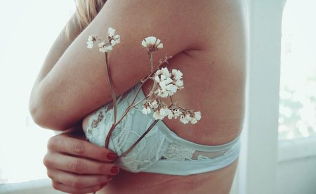Rak piersi to jeden z czołowych zabójców kobiet w Polsce. W początkowym okresie nie daje on żadnych objawów, ale wcześnie wykryty jest uleczalny. Specjaliści przypominają o regularnych badaniach i podkreślają znaczenie samokontroli. Zobacz, jak prawidłowo zbadać swoje piersi.