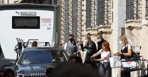 """Tom Cruise stanął w długiej kolejce do szpitala w Rzymie, by zrobić test na obecność koronawirusa. Aktor przyjechał do stolicy Włoch na zdjęcia do filmu """"Mission: Impossible 7""""."""