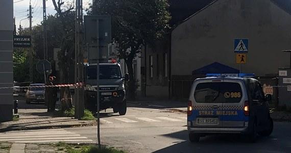 Łącznie 8 pocisków artyleryjskich znaleziono w Sosnowcu przy ul. Reymonta. Mieszkańcy pobliskich kamienic musieli spędzić noc poza domem. Na miejscu pracowali saperzy, którzy zakończyli już przeszukanie terenu. Lokatorzy domów przy ul. Reymonta mogą już wracać do swoich mieszkań.