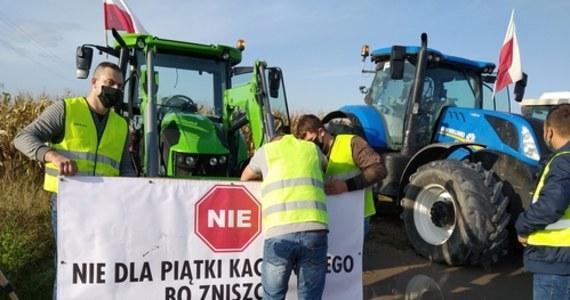 """O godzinie 10:00 w całym kraju rozpoczęły się blokady dróg: rolnicy z OPZZ i AGROunii protestują w ten sposób przeciwko przygotowanej przez PiS i popartej publicznie przez Jarosława Kaczyńskiego """"Piątce dla zwierząt"""". """"Jeżeli ustawa przejdzie w tej formie, w jakiej jest, to nas, małych rolników, ona zamorduje"""" - powiedział RMF FM jeden z protestujących. Inny podkreślał: """"Nie może być tak, że człowiek z miasta, co nie ma pojęcia o wsi, chce wsią rządzić. (...) Jedzenie nie pochodzi z marketu, tylko od rolnika"""". Według zapowiedzi, zablokowanych miało zostać 100 tras w całym kraju. Na RMF 24 przygotowaliśmy mapę protestów."""