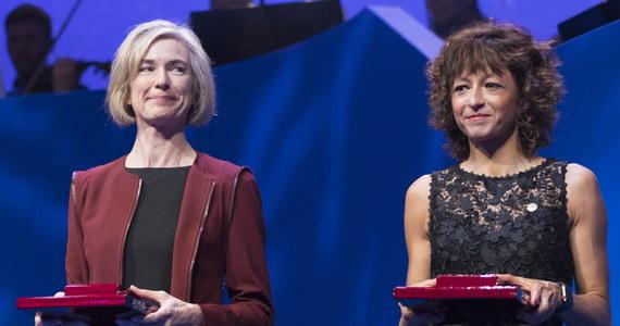 """Królewska Szwedzka Akademia Nauk przyznała dziś nagrodę Nobla w dziedzinie chemii Francuzce Emmanuelle Charpentier i Amerykance Jennifer A. Doudna za rozwój metody edycji genów. Wykorzystując stosowany przez bakterie mechanizm """"genetycznych nożyczek"""" CRISPR/Cas można wprowadzać precyzyjne zmiany do DNA zwierząt, roślin i mikroorganizmów. Od czasu odkrycia nie minęła jeszcze dekada, a już wywarło ono wielki wpływ na szereg dziedzin naukowych, dając nadzieje na znalezienie metod terapii niektórych nowotworów i skuteczne leczenie niektórych chorób genetycznych."""