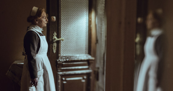 """Stanisława Leszczyńska w nieludzkich warunkach obozu zagłady przyjęła ponad 3 tys. porodów, nie tracąc żadnego dziecka. Losy heroicznej akuszerki z Łodzi, która sprzeciwiała się doktorowi Mengele, przybliża dokument """"Położna"""" w reżyserii Marii Stachurskiej."""