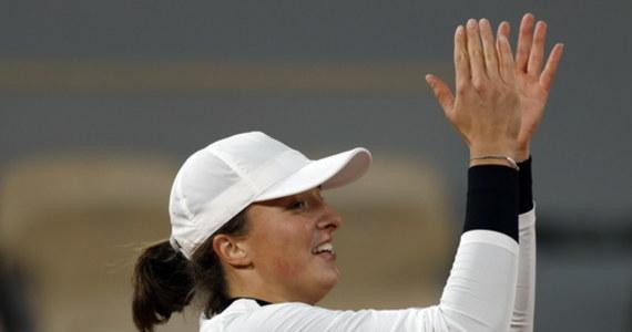 """Iga Świątek przyznała, że podczas wygranego ćwierćfinału debla w wielkoszlemowym French Open, zaczęła odczuwać zmęczenie związane ze startem w dwóch konkurencjach. """"Ale na półfinał singla będę gotowa"""" - zapewniła tenisistka. Polka Iga Świątek i Amerykanka Nicole Melichar wywalczyły awans do półfinału debla French Open. 19-letnia zawodniczka z Raszyna zapewniła sobie również występ w tej samej fazie rywalizacji w singlu."""
