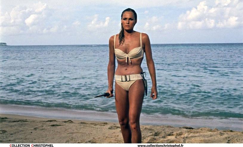 """Pamiątki z filmów o Jamesie Bondzie trafiły na licytację w Los Angeles. Wśród nich jest bikini, w którym w """"Doktorze No"""" wystąpiła Ursula Andress. Eksperci z domu aukcyjnego Profiles in History poinformowali w środę, że może ono osiągnąć cenę 500 tys. dolarów."""