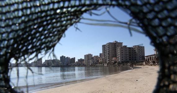 Władze Cypru Północnego zapowiedziały, że na nowo otworzą plażę w opuszczonym kurorcie Warosia. Zamieszkujący miejscowość Grecy cypryjscy opuścili ją w 1974 roku po inwazji Turcji. Decyzję skrytykowały Republika Cypryjska, Grecja i Rosja.