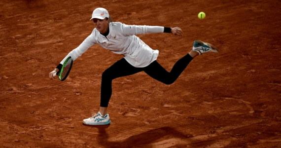 """To emocjonujący dzień dla kibiców - nie tylko tenisa - w Polsce: Iga Świątek powalczy dzisiaj o finał wielkoszlemowego French Open! W popołudniowym półfinale 19-letnia Polka zmierzy się z inną rewelacją tegorocznej edycji imprezy na kortach im. Rolanda Garrosa: argentyńską kwalifikantką Nadią Podoroską. Świątek wyjdzie na kort po serii meczów dzień po dniu - w Paryżu rywalizuje bowiem również w deblu. Wczoraj, tuż po awansie do półfinału debla, przyznała, że """"zaczyna być zmęczona"""". """"Ale na półfinał singla będę gotowa"""" - zapewniła natychmiast."""
