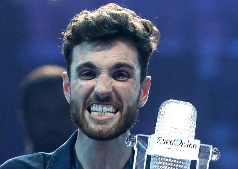 """Nowy singel """"Last Night"""" zapowiada debiutancki album """"Small Town Boy"""" zwycięzcy Eurowizji 2019 Duncana Laurence'a. 26-letni wokalista z Holandii ujawnił, że zaręczył się z amerykańskim kompozytorem Jordanem Garfieldem."""
