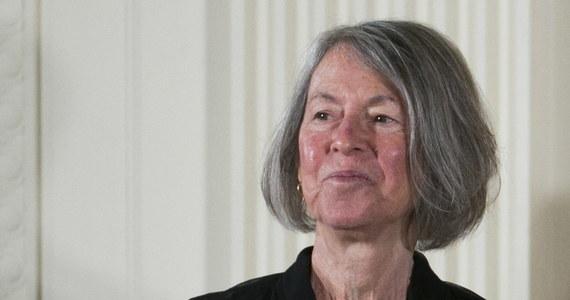 Louise Glück została nagrodzona tegoroczną Nagrodą Noblą z literatury. To 77-letnia amerykańska poetka i eseistka, laureatka najważniejszych nagród literackich w Stanach Zjednoczonych, w tym między innymi Pulitzera.
