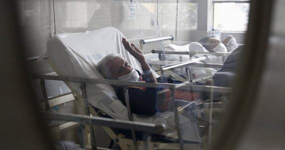 W ciągu kilku najbliższych dni o kolejne kilka tysięcy zwiększy się liczba łóżek szpitalnych dostępnych dla pacjentów z Covid-19 - zapowiedział w czwartek premier Mateusz Morawiecki. Na konferencji prasowej szef rządu zwrócił uwagę na czwartkowy rekordowy przyrost zakażeń koronawirusem przekraczający 4 tys., czyli - zaznaczył - ok. 30 proc. więcej niż w środę. Minister zdrowia Adam Niedzielski zapowiedział z kolei, że będzie 16 szpitali koordynacyjnych, po jednym w każdym województwie, które zapewnią kompleksową opiekę dla chorych na Covid-19.