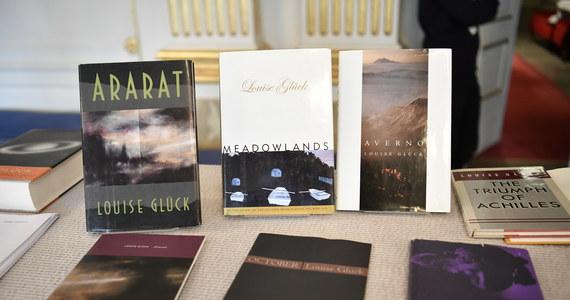 Amerykańska poetka Louise Glück, tegoroczna literacka Noblistka, mimo że utytułowana i dobrze kojarzona w Stanach Zjednoczonych, w Polsce jest niemal nieznana. Przełożono parę jej wierszy. Tłumaczką utworów Glück była nasza wybitna poetka Julia Hartwig.