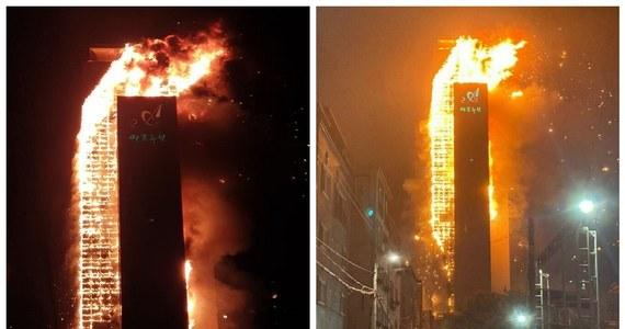 Potężny pożar wybuchł w 33-piętrowym wieżowcu w mieście Ulsan w Korei Południowej. Niemal cały budynek, w skład którego wchodzi między innymi 136 mieszkań, stanął w płomieniach. Jest co najmniej 88 osób rannych.