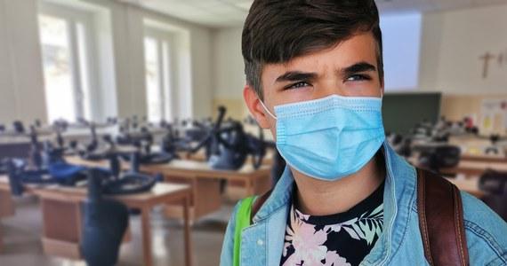 Premier Mateusz Morawiecki zapowiedział, że w sobotę poda decyzje dotyczące funkcjonowania szkół w nadchodzących tygodniach. Pediatra, immunolog dr Paweł Grzesiowski uważa, że edukacja w szkołach jest w tej chwili jednym z ważniejszych źródeł przenoszenia wirusa.
