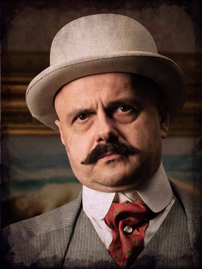 """Wcielając się w serialu """"Król"""" w eleganckiego gangstera, który trząsł przedwojenną Warszawą, Arkadiusz Jakubik nie tylko przytył 13 kilogramów. Musiał też ogolić głowę na łyso i zapuścić charakterystyczne wąsy. Aktor rozpaczał zarówno, gdy poddawał się tej metamorfozie, jak i wtedy, gdy po zakończeniu zdjęć, zgolił zarost."""