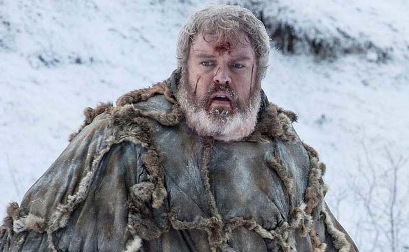 """Niedawna premiera książki """"Fire Cannot Kill a Dragon: Game of Thrones and the Official Untold Story of the Epic Series"""" sprawiłą, że od kilku dni pojawiają się interesujące informacje o serialu """"Gra o tron"""" i jej literackim pierwowzorze, czyli """"Pieśniach lodu i ognia"""" George'a R.R. Martina. Kolejną z nich jest ta odnośnie losu jednej z ulubionych postaci sagi, Hodora. Jak wyjawia Martin, okoliczności śmierci tego bohatera w jego książce będą się trochę różnić od tego, co pokazano w serialu."""