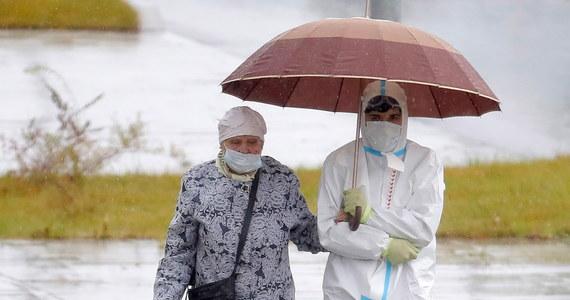 Groźne rekordy nowych zakażeń koronawirusem na świecie i w Europie. Na świecie - jak poinformowała Światowa Organizacja Zdrowia (WHO) - potwierdzono w ciągu ostatnich 24 godzin ponad 350 tysięcy nowych infekcji SARS-CoV-2, w Europie przybyło ich w ciągu jednego dnia ponad 100 tysięcy. Agencja informacyjna Reuters cytuje eksperta WHO Mike'a Ryana, według którego europejskie rządy - jeśli chcą uniknąć kolejnych lockdownów - muszą m.in. ograniczyć zgromadzenia masowe.