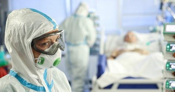 Przeprowadzone testy potwierdziły 104 przypadki zakażenia koronawirusem w jednym z zakładów meblarskich w Janikowie (Kujawsko-Pomorskie). Dochodzenie epidemiologiczne jeszcze się nie zakończyło.