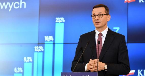 """""""Dążymy do ustabilizowania sytuacji, aby dynamika wzrostu zachorowań była malejąca; dążymy do tego, aby nasza strategia nie doprowadziła do zamknięcia gospodarki"""" - zapewnił w sobotę premier Mateusz Morawiecki. """"Zadecydowaliśmy, że wprowadzamy godziny dla seniorów - od godz. 10 do godz. 12 w sklepach, aptekach i drogeriach; apelujemy, by osoby starsze, na ile można, pozostawały w domach"""" - mówił premier i jak dodał - te zmiany obowiązywać będą od czwartku 15 października. Szef rządu poinformował także, że rząd nie widzi potrzeby obowiązkowej nauki zdalnej w szkołach."""