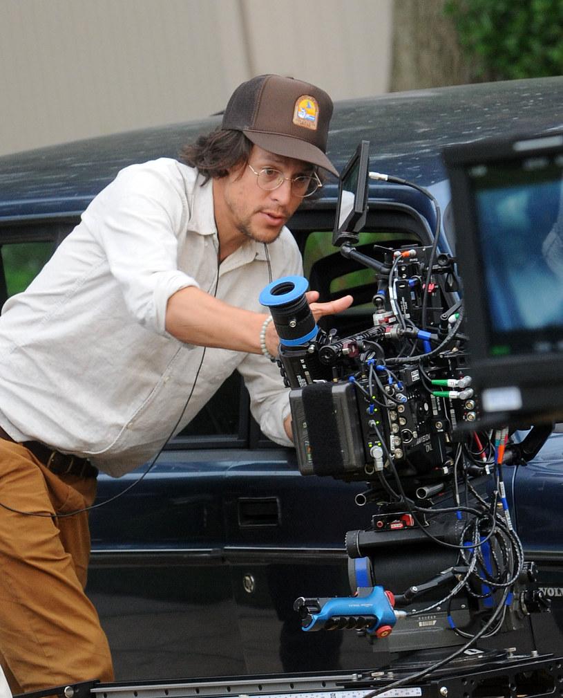 """Cary Joji Fukunaga wraca do telewizji. Reżyser kryminalnego serialu """"Detektyw"""" z Matthew McConaugheyem i Woodym Harrelsonem, zajęty był ostatnio pracą na planie najnowszego filmu o przygodach Jamesa Bonda """"Nie czas umierać"""". Teraz dla platformy streamingowej Apple TV+ wyreżyseruje trzy odcinki serialu """"Masters od the Air"""", którego producentami są Steven Spielberg i Tom Hanks."""