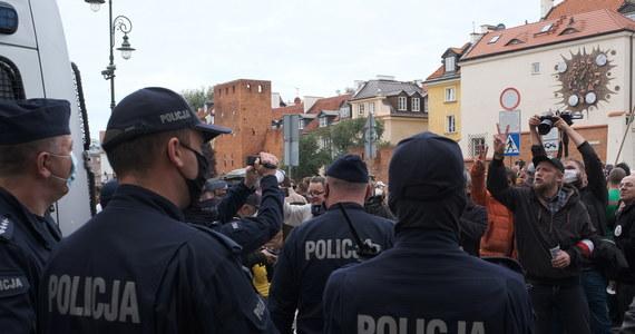 Ponad 200 mandatów i 1,5 tys. wniosków do sądu wystawiła policja uczestnikom protestów przeciw wprowadzaniu ograniczeń w związku z rozprzestrzenianiem się koronawirusa, które odbyły się całym kraju – poinformowała policja.