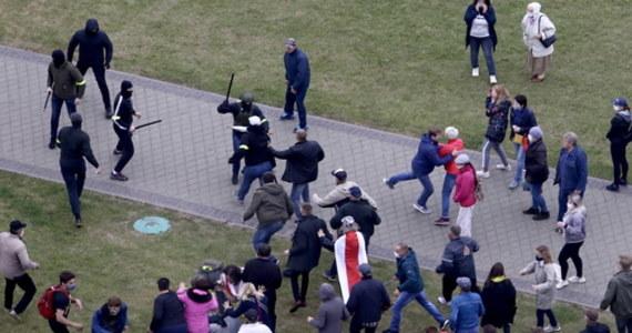 """Ponad 250 osób zostało zatrzymanych w niedzielę podczas akcji protestacyjnych w różnych miastach Białorusi – poinformowało centrum praw człowieka """"Wiasna"""". Zdecydowana większość osób została zatrzymana w Mińsku, ale oprócz tego zdarzały się zatrzymania w Brześciu, Witebsku, Mohylewie, Grodnie, Mołodecznie, Żłobinie, Kobryniu i Bobrujsku. Ponad 40 osób zatrzymanych to dziennikarze. Niektórzy z nich zostali już zwolnieni."""