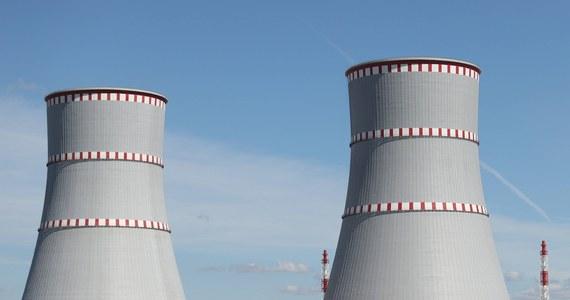 Pierwszy blok białoruskiej elektrowni atomowej pod Ostrowcem rozpoczął pracę na minimalnym poziomie mocy kontrolowanej, tzn. uruchomiona w nim została reakcja jądrowa podtrzymująca samą siebie – poinformowało biuro prasowe Ministerstwa Energetyki Białorusi.