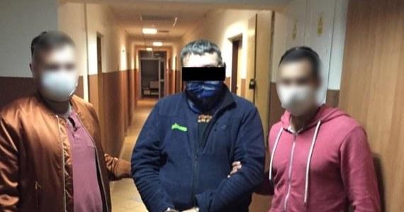 Policjanci z Warszawy zatrzymani kierowcę podejrzanego o śmiertelne potrącenie rowerzysty na ul. Estrady na Bielanach i ucieczkę z miejsca zdarzenia. Jak się okazało, 49-latek prowadził auto nie mając prawa jazdy.