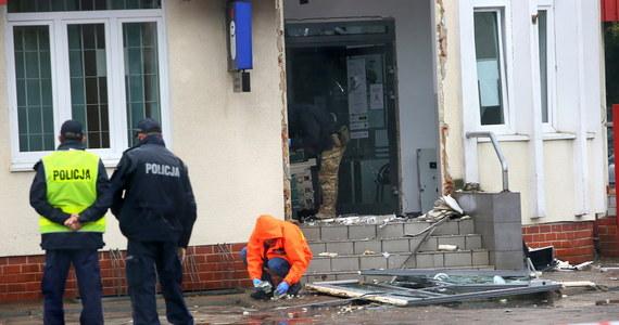 Złodzieje wysadzili bankomat w Odolanowie w Wielkopolsce. Udało im się wyciągnąć wszystkie banknoty, których część podczas ucieczki… zgubili.