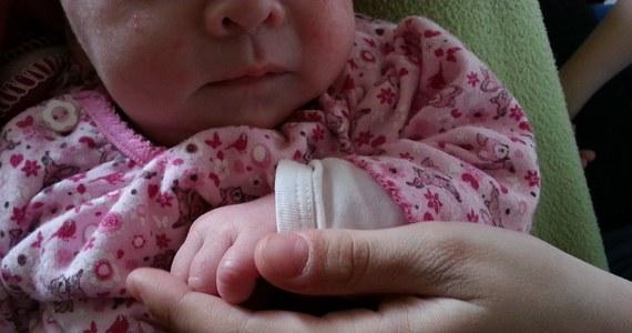 32-letnia Danielle była we wczesnej ciąży, kiedy zachorowała na Covid-19. Jej stan był tak ciężki, że lekarze zdecydowali się na wprowadzenie jej w stan śpiączki farmakologicznej. Po 10 dniach kobieta wybudziła się. To wtedy też dowiedziała się, że urodzi bliźnięta. Ava i Amelia przyszły na świat kilka dni temu w Belfaście.