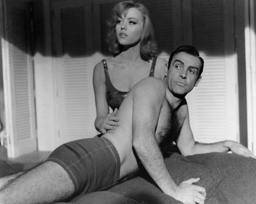 """W wieku 76 lat zmarła Margaret Nolan, artystka, którą można było zobaczyć w sekwencji otwierającej film """"Goldfinger"""" z filmowej serii o przygodach Jamesa Bonda. Pojawiła się tam w złotym bikini i z ciałem wymalowanym od stóp do głów złotą farbą. Informację o śmierci gwiazdy potwierdził jej syn Oscar Deeks."""