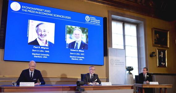 Nagrodę Nobla w dziedzinie ekonomii otrzymali Amerykanie Paul R. Milgrom i Robert B. Wilson. Królewska Szwedzka Akademia Nauk doceniła ich wkład w poprawę teorii aukcji i stworzenie nowych formatów aukcji.