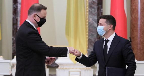 Polityka sankcji na Rosję powinna być kontynuowana do czasu deokupacji terytorium Ukrainy - oznajmili prezydenci Polski Andrzej Duda i Ukrainy Wołodymyr Zełenski na wspólnej konferencji prasowej w Kijowie. Wyrazili też nadzieję na dalszą współpracę między państwami.