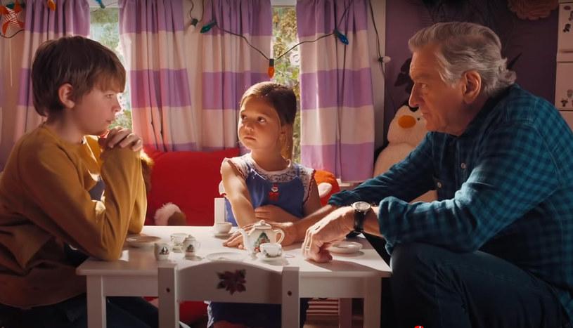 """""""Wojna z dziadkiem"""" na szczycie amerykańskiego box office'u! Familijna komedia prześcignęła """"Tenet"""" Christophera Nolana. Najnowszy film z Robertem De Niro, Christopherem Walkenem, Umą Thurman i Jane Seymour wkrótce w kinach"""
