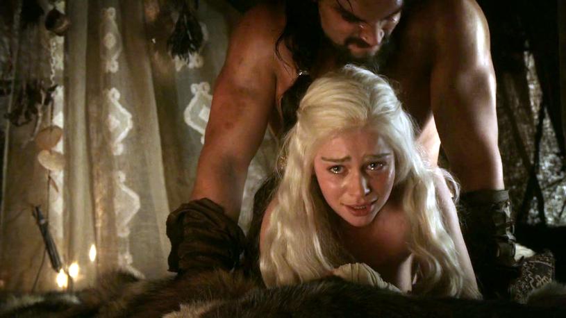 """Nie milkną echa wokół wydanej niedawno książki """"Fire Cannot Kill a Dragon"""", która przedstawia kulisy serialu """"Gra o tron"""". Odtwórca jednej z głównych ról, Nikolaj Coster-Waldau, postanowił odnieść się do kontrowersyjnej sceny, w której zagrali Emilia Clarke i Jason Momoa. Uważa on, że dla koleżanki z planu to było """"poniżające"""" doświadczenie."""