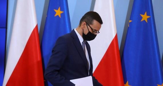 """Premier Mateusz Morawiecki zostaje objęty kwarantanną: w piątek szef rządu miał kontakt z osobą zarażoną koronawirusem. """"Od dziś przechodzę na tryb pracy zdalnej"""" - przekazał. Rzecznik rządu podkreślił natomiast w oświadczeniu, że """"u premiera nie stwierdzono dotychczas zachorowania na Covid-19"""" oraz że """"nie ma objawów choroby"""". Poinformował również, że premier jest na kwarantannie w związku z zarażeniem się funkcjonariusza Służby Ochrony Państwa."""