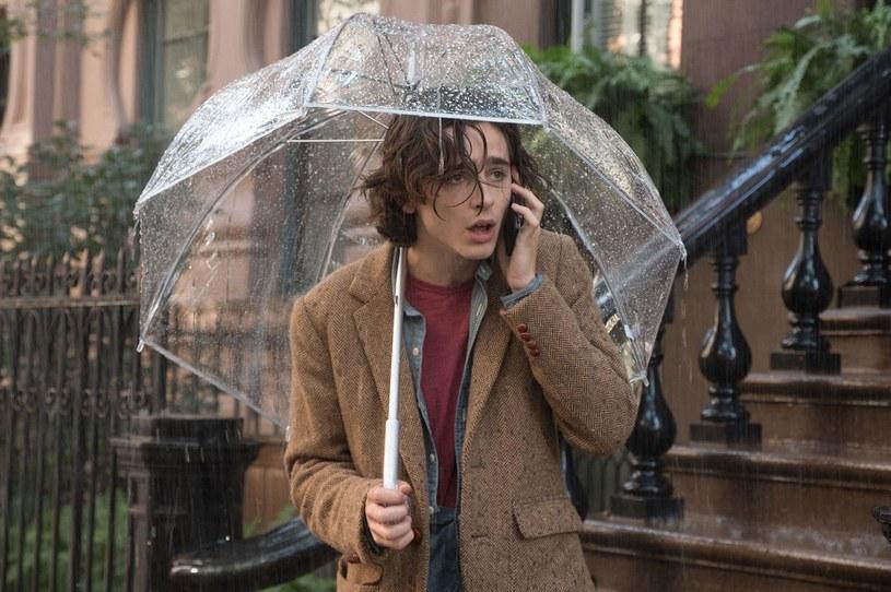 """Ze względu na kontrowersje związane z osobą słynnego reżysera Woody'ego Allena, jego poprzedni film, """"W deszczowy dzień w Nowym Jorku"""", nie doczekał się w ubiegłym roku premiery w Stanach Zjednoczonych. I kiedy wydawało się, że film całkowicie ominie tamtejsze kina, bez wielkiej pompy pojawił się w nich w ubiegły weekend. Zobaczyło go około... trzystu osób."""