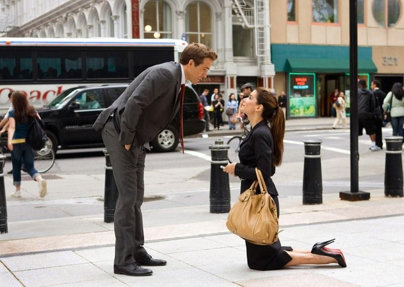 """W 2009 roku Sandra Bullock i Ryan Reynolds zagrali razem w kasowej komedii """"Narzeczony mimo woli"""". Wiele wskazuje na to, że po ponad dziesięciu latach ponownie zobaczymy ich razem. Wszystko za sprawą produkcji zatytułowanej """"Lost City of D"""", w której oboje mieliby zagrać. Ta komedia przygodowa porównywana jest do głośnego filmu Roberta Zemeckisa """"Miłość, szmaragd i krokodyl""""."""